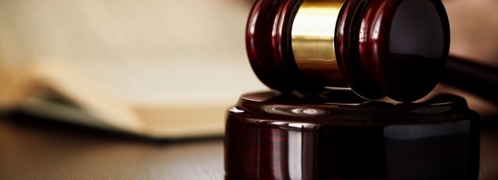 Empregada dispensada por adulterar atestado não receberá 13º salário e férias proporcionais